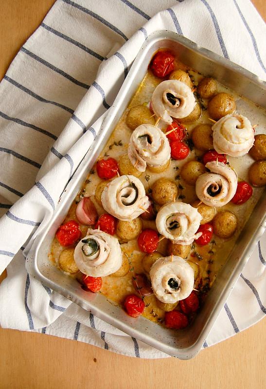 Rolinhos de peixe com batatas e tomates assados