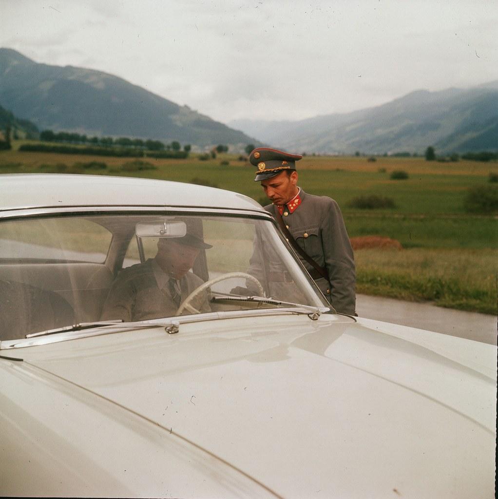04. Полицейский изучает документы человека в автомобиле