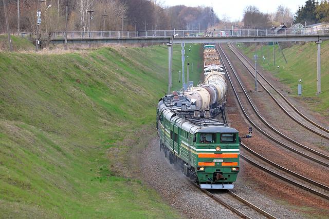 Тепловозы 2ТЭ10У-0062 и 2ТЭ10МК-3549 с грузовым составом прибывают на станцию Могилёв-1.