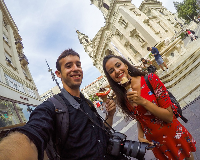 Tomando un helado frente a la basilica de San Esteban