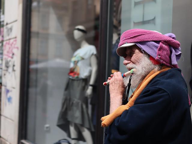 Street flaute player