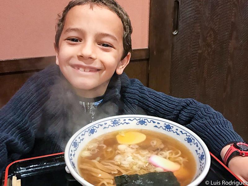 Los niños también disfrutan del ramen, como Eric