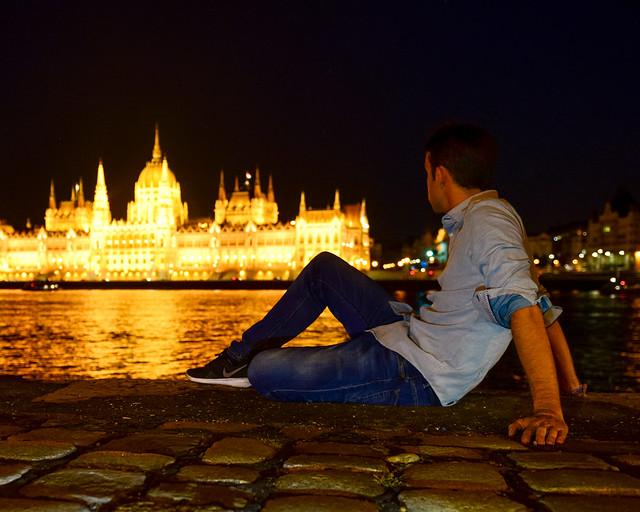 Orilla del Danubio de noche en Budapest