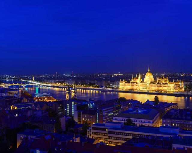 Vistas de noche desde el Bastión de los Pescadores de Budapest