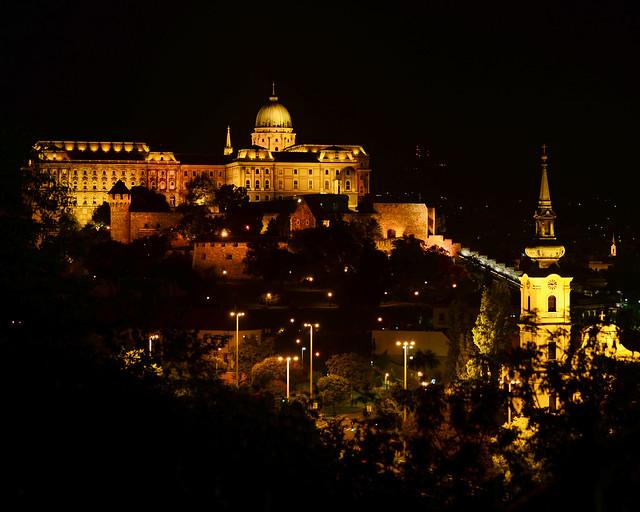 Vistas nocturnas del Castillo de Buda en Budapest