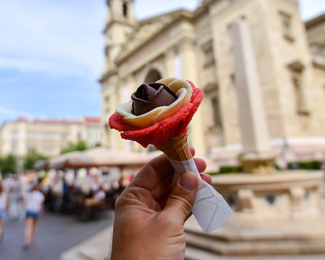 Heladería Gelarto Rosa con al basílica de San Esteban de Budapest al fondo