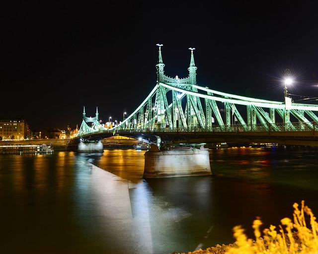 Puente de la Libertad de Budapest de noche