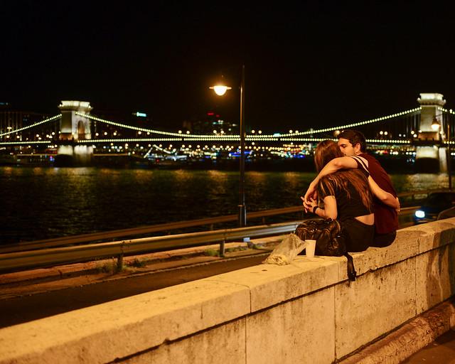 Paseo junto al Danubio con el Puente de las Cadenas al fondo