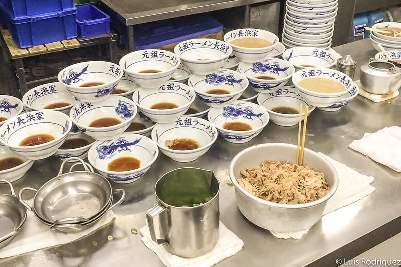 Cuencos de ramen con el tare, antes de servir el caldo (Ganso Nagahama, Fukuoka)
