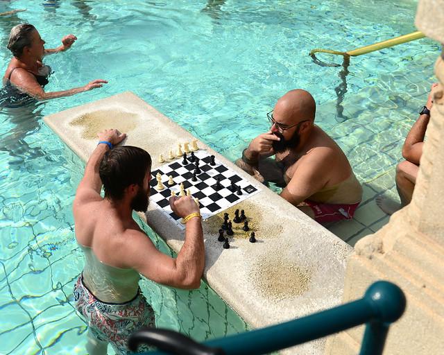 Jugando al ajedrez en los baños termales de Széchenyi