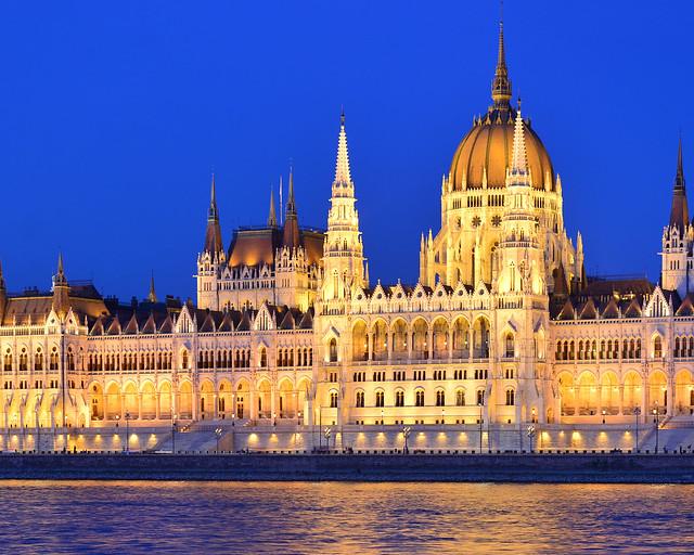 Parlamento de Budapest iluminado