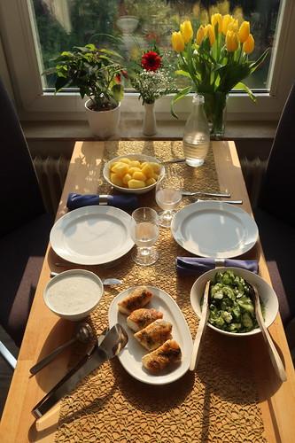 Lumb Loin Stücke mit Joghurt-Dill-Soße, Salzkartoffeln und Gurkensalat (Tischbild)