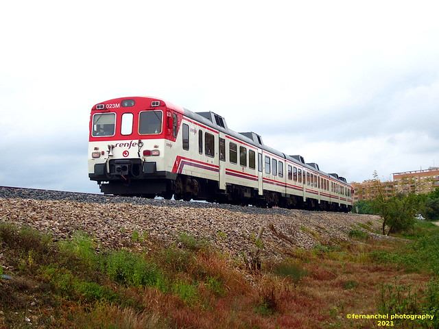 Tren de Cercanías de Renfe (Línea C-3) a su paso por XIRIVELLA (Valencia)