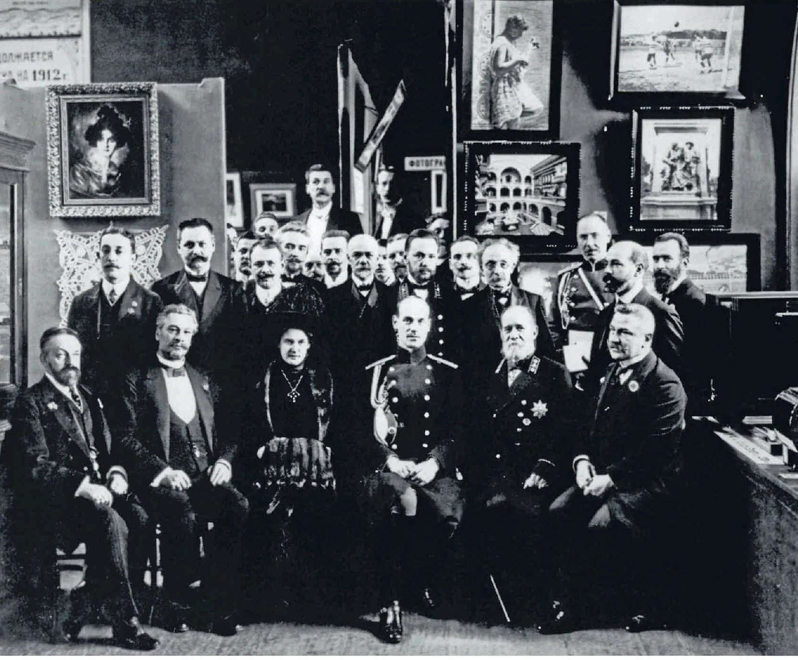 1912. Великий князь Михаил Александрович с участниками Второй фотографической выставки. 26 апреля
