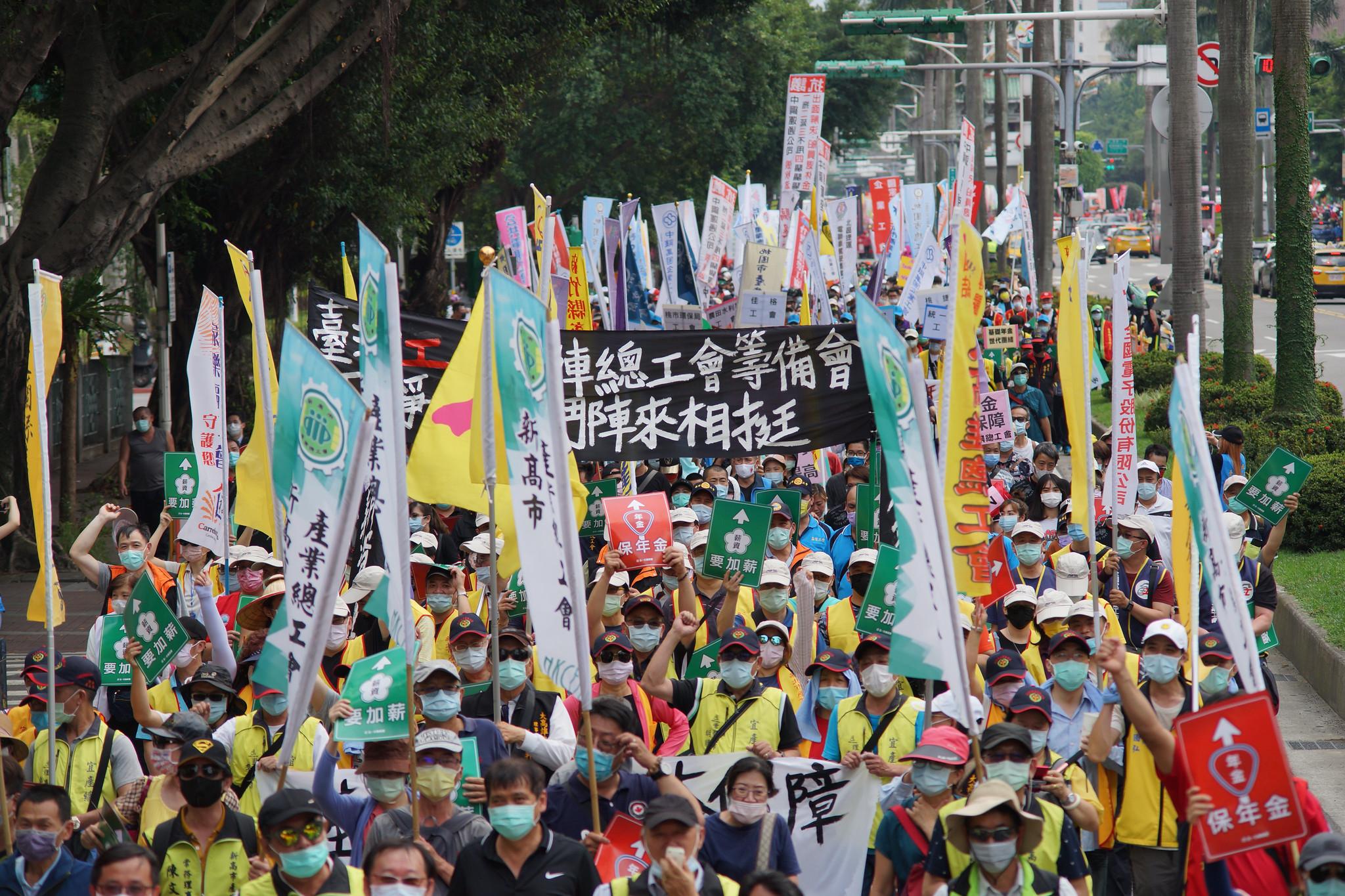 各工會熱情響應五一,參與人數超過三千人,全程配戴口罩遵守防疫規定。(攝影:王顥中)