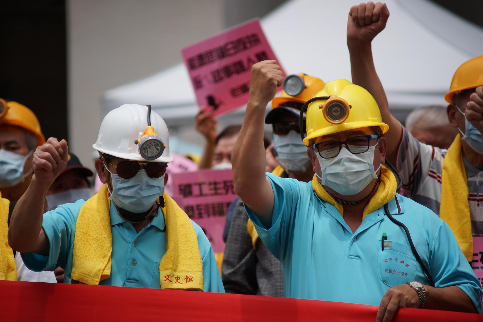 高齡7、80歲的老礦工重新戴上安全帽現身五一遊行。(攝影:王顥中)