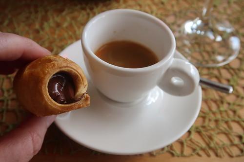 Cannoli Gianduia (= italienisches Blätterteiggebäck mit Haselnuss-Schoko-Creme) zum Espresso