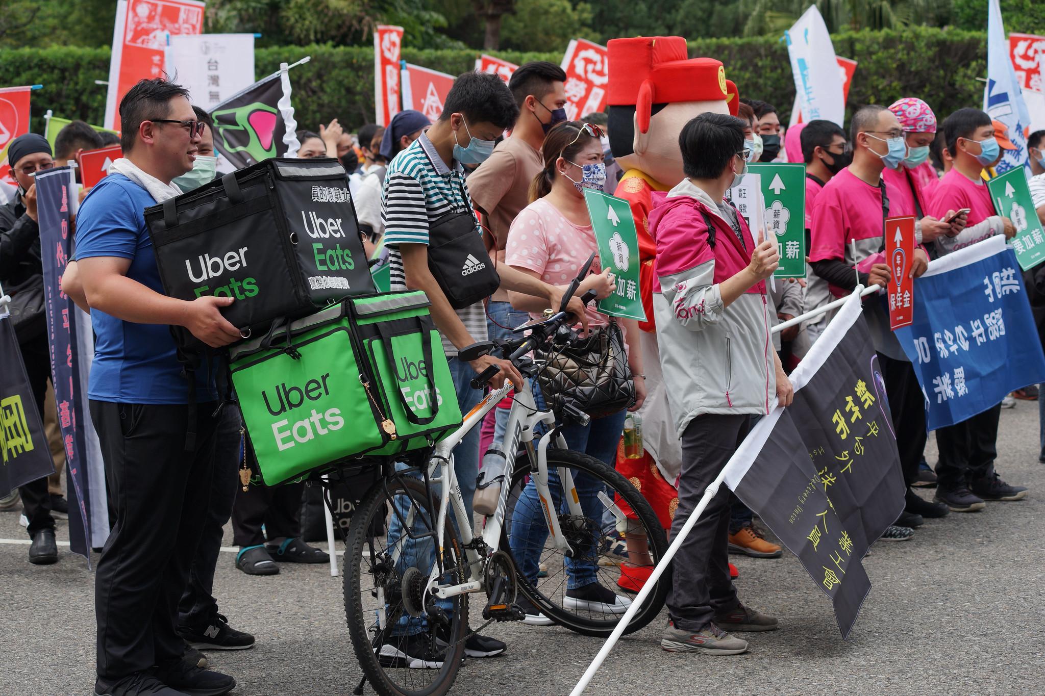 UberEats 和 Foodpanda 外送員強強聯手參與遊行。(攝影:王顥中)