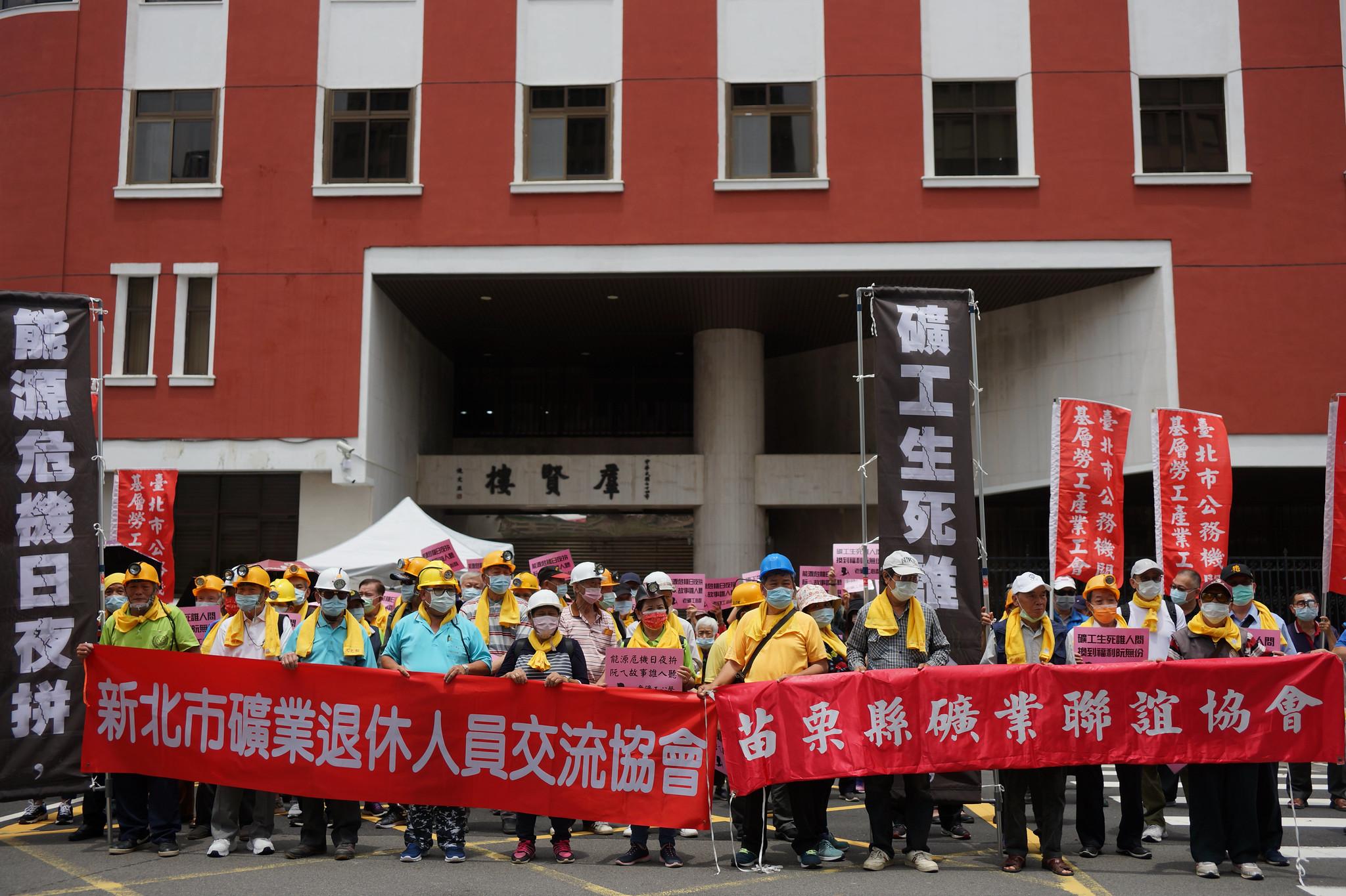 老礦工集結在立法院群賢樓。(攝影:王顥中)