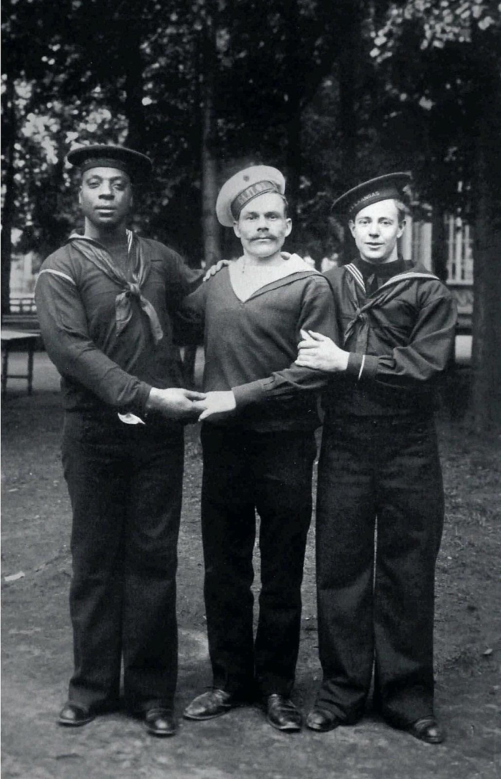 1911. Матросы американской эскадры и матрос Балтийского флотского экипажа