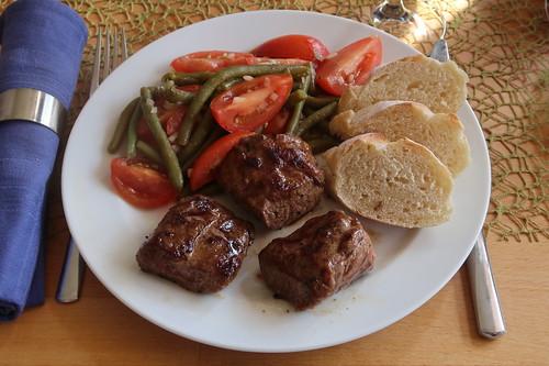 Gegrillte Lammlachsstücke mit Tomaten-Bohnen-Salat und Baguette
