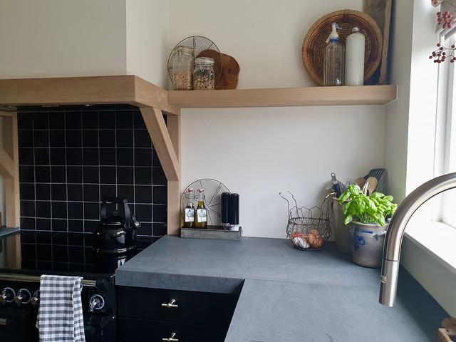 Zwarte landelijke keuken plank landelijke decoratie