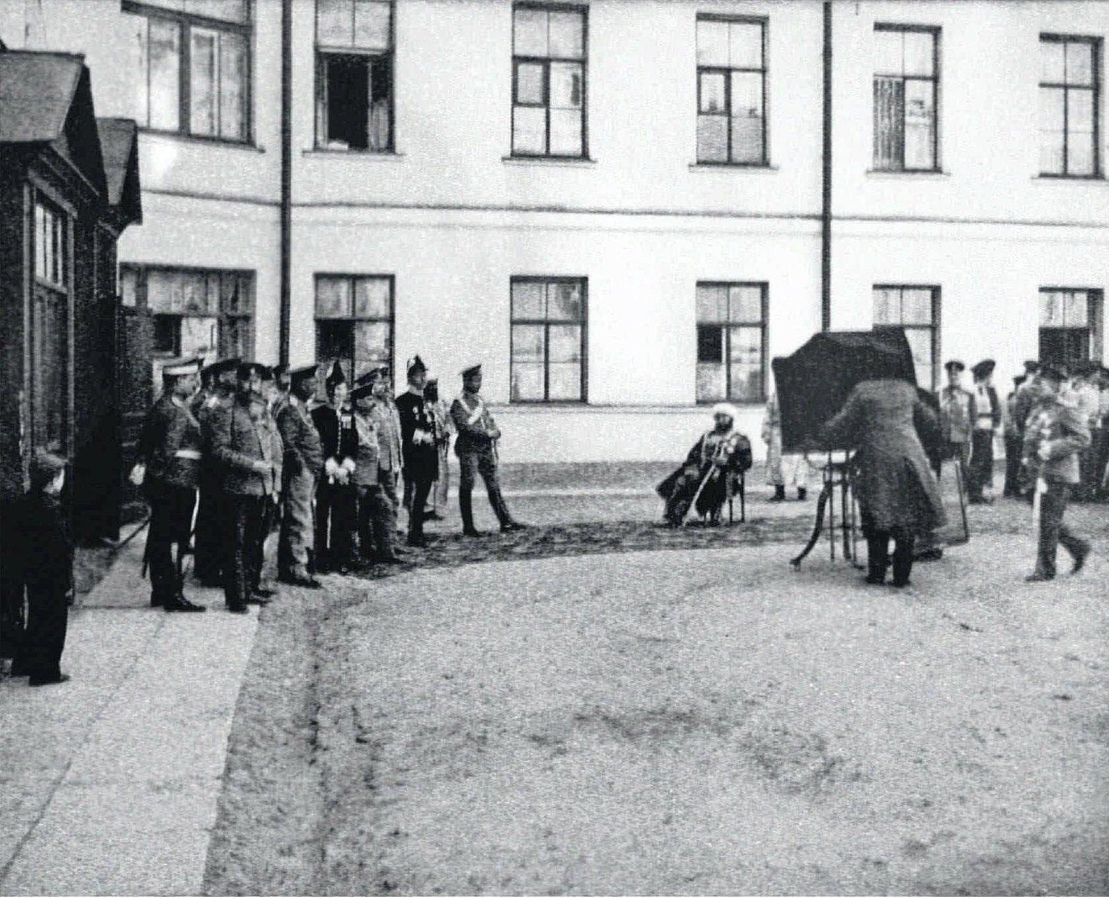 1911. Фотограф снимает Саида Алима Эмира Бухарского во внутреннем дворе морского корпуса
