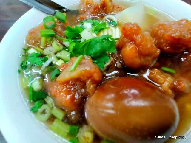 「西門町楊排骨酥麵」--- 排骨酥煮得軟嫩,搭配油麵吃到讓人回味無窮!