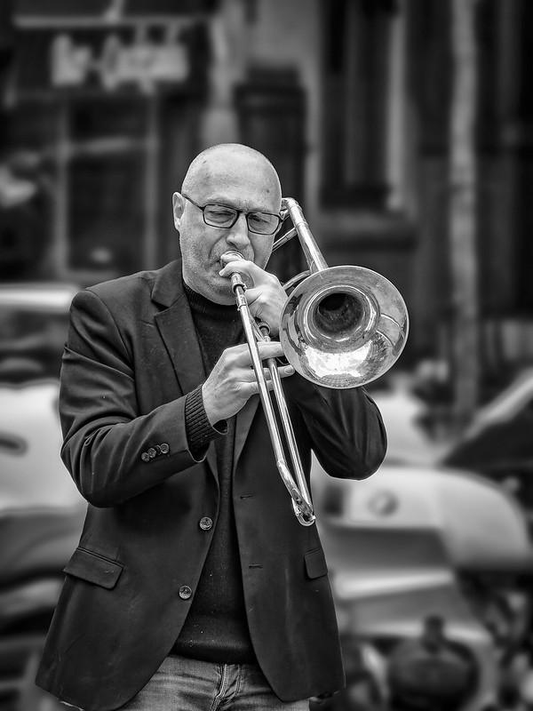 Joueur de trombone Place St Michel... la version NB 51152679979_692b99cd1f_c