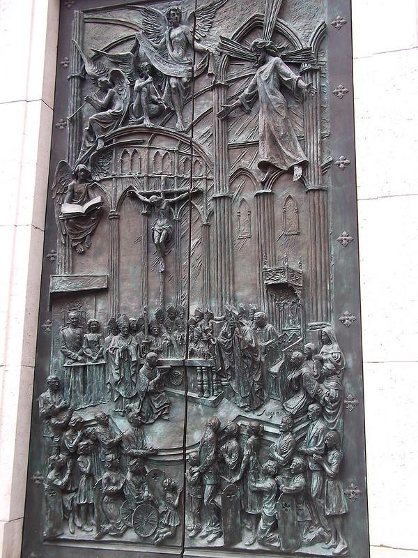 Bronze_doors_on_Bailén_facade_of_Almudena_Cathedral,_2013