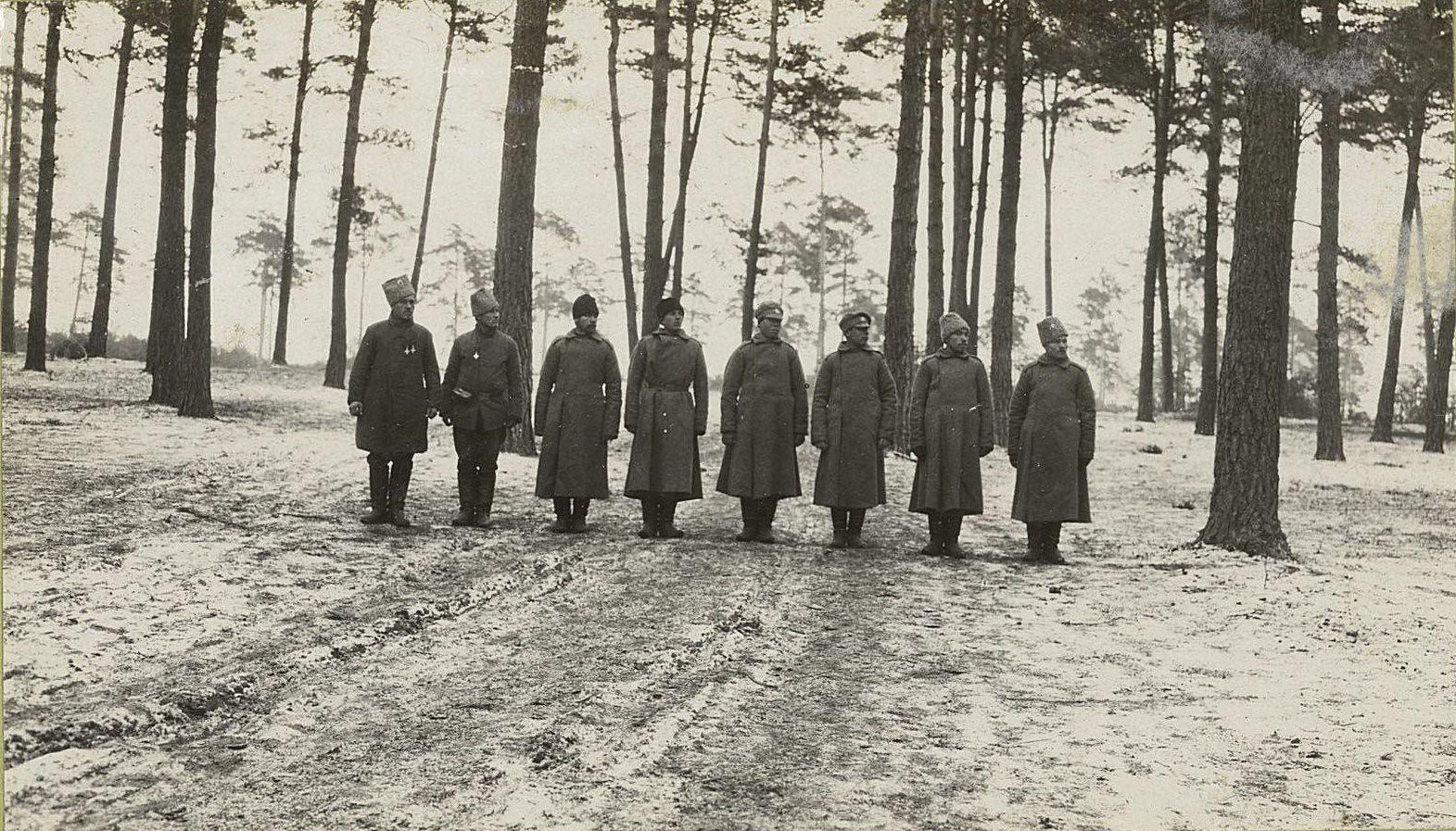 108. Обучение молодых солдат в лесу у позиций