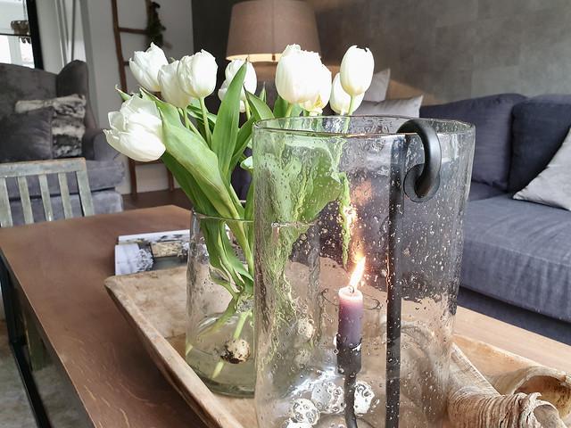 Glazen windlicht bubbels tulpen kwarteleitjes houten trog