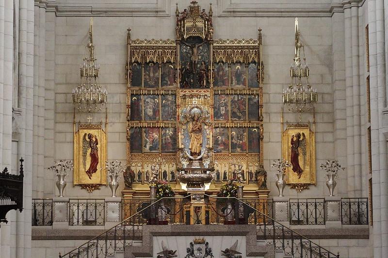1280px-Altar_of_the_Virgin_of_Almudena_-_Catedral_de_la_Almudena_-_Madrid_(2)