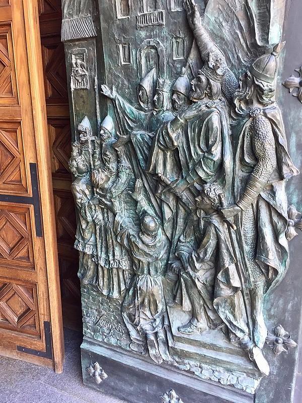 800px-Catedral_de_la_Almudena,_Madrid_(España)_12