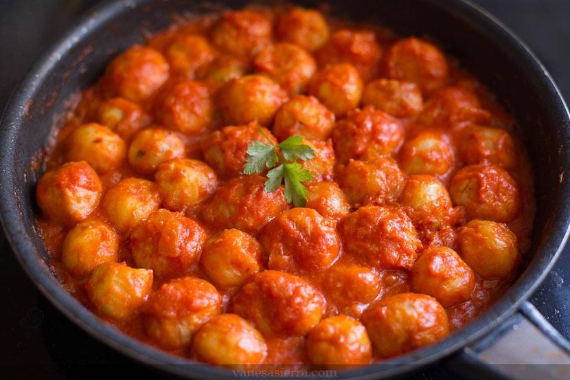 Albóndigas de pollo y pavo en salsa de tomate con papas
