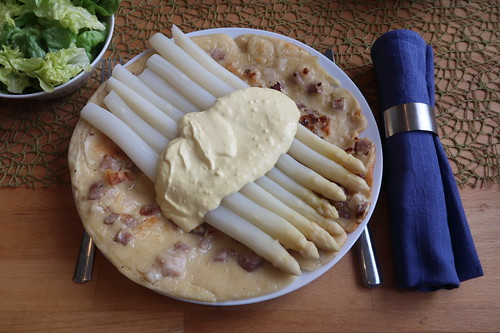 Weißer Spargel und Sauce Hollandaise auf Speckpfannkuchen mit grünem Salat (meine Portion)