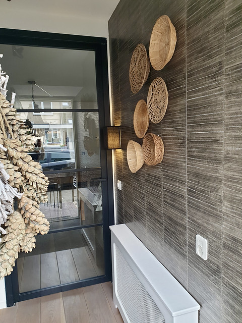 Stalen deur hal rieten manden muurbekleding gang
