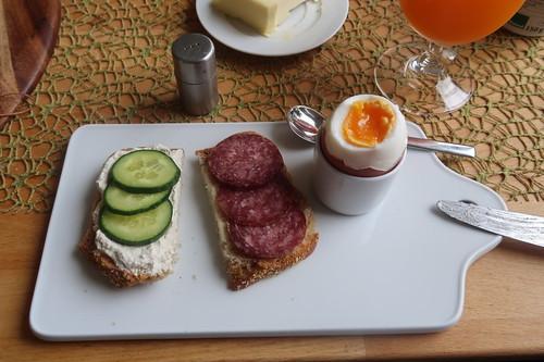 Meerrettichstreich mit Gurkenscheiben und Lammsalami auf Kartoffelbrot zum Frühstücksei
