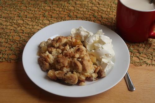 Rhabarber-Apfel-Crumble mit Schmand