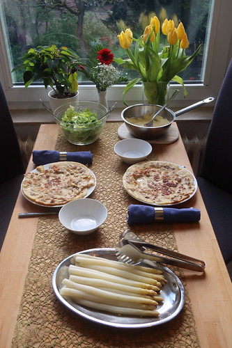 Weißer Spargel und Sauce Hollandaise auf Speckpfannkuchen mit grünem Salat (Tischbild)