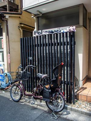 Nihon_arekore_02385_Moto_Asakusa_shoes_on_fence_100_cl