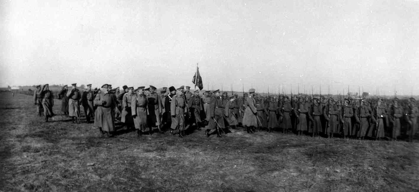1915. Николай II с наследником обходит пехотные части в районе их расположения на Северном фронте