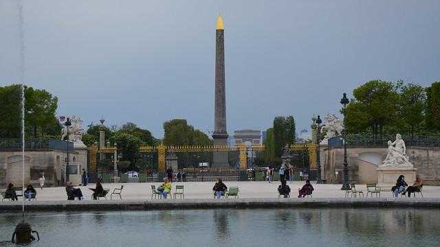 2021.04.30.026 PARIS - Le jardin des Tuileries. perspective ur l'Obélisque, et l'Arc de Triumphe