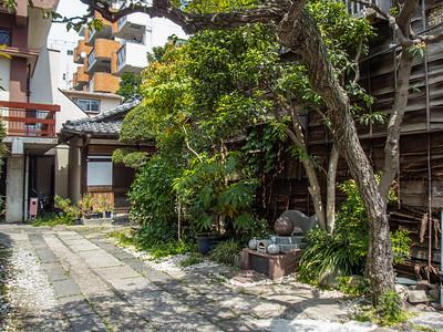 Nihon_arekore_02383_Moto_Asakusa_small_temple_garden_100_cl