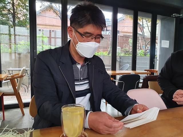 응원편지를 읽고 계시는 권종현 선생님