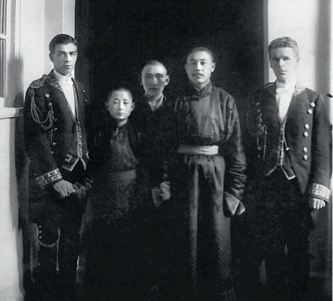 1913. Члены монгольской делегации и лакеи Высочайшего двора в Зимнем дворце