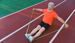 Jak na posílení horní poloviny těla? Vyzkoušejte cviky s posilovací gumou