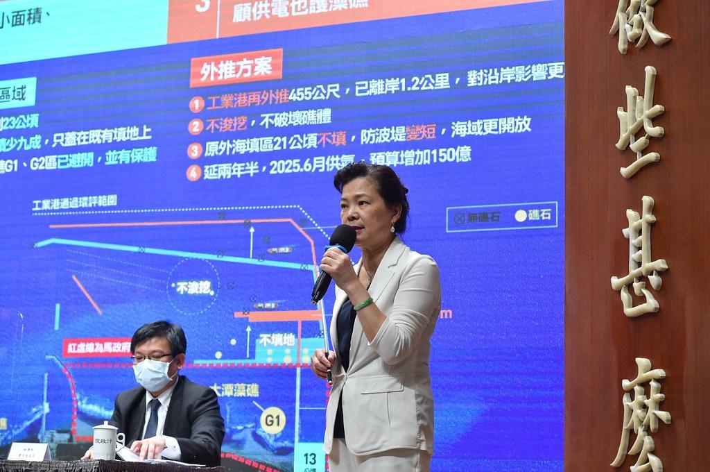 經濟部長王美花(前)、經濟部次長曾文生,親自出席說明觀塘工業港外推方案。圖片來源:行政院提供