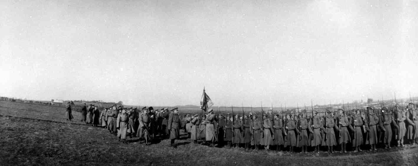 1915. Обход Николаем II парада пехотной части на прифронтовой полосе, посещаемой им с наследником Алексеем