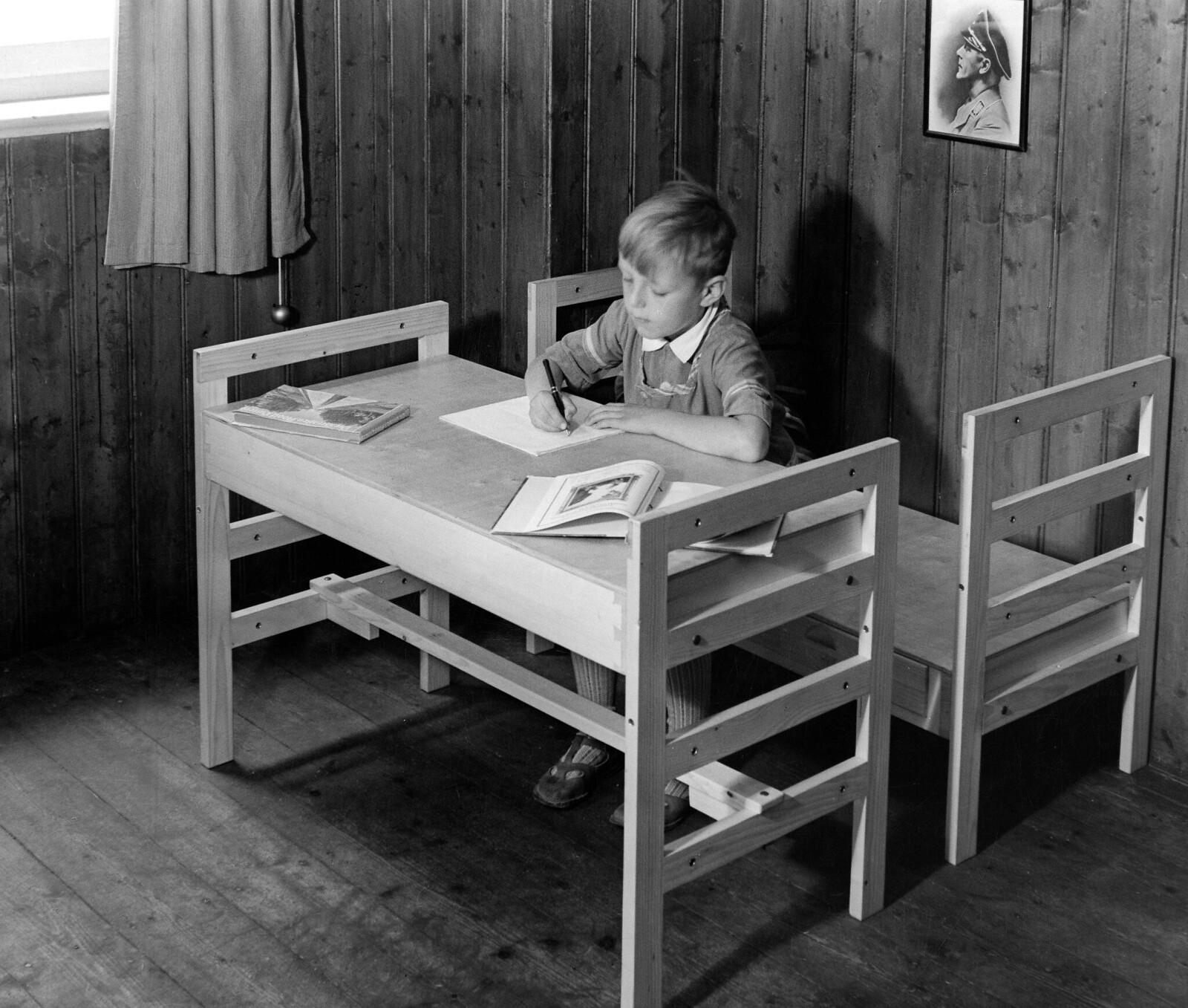 07. Трансформируемая детская кровать. Мальчик делает домашнее задание